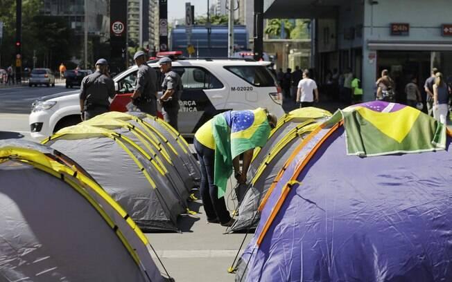 Manifestantes protestam em frente ao prédio da FIESP contra o governo da presidente Dilma