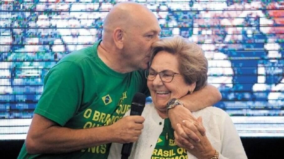 Luciano Hang ao lado da mãe