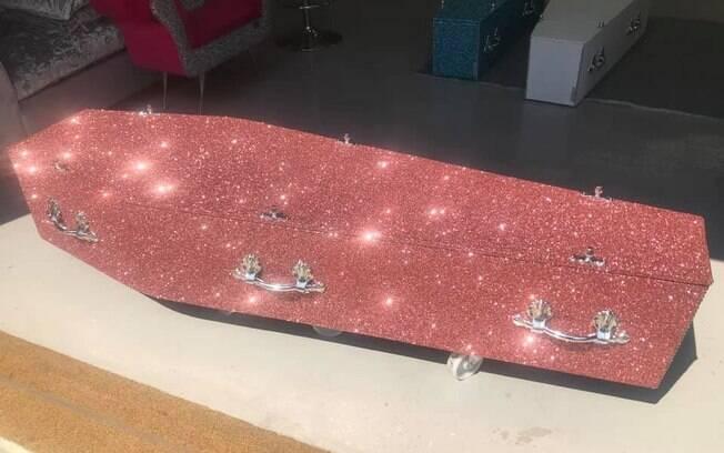 Caixões da The Glitter Coffin Company são alternativas inusitadas para velórios fora do padrão