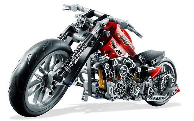 O kit Lego Technic Motorbike pode ser montado como uma moto esportiva, mas fica muito melhor na versão chopper.