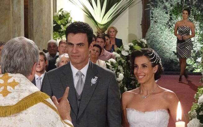 Zuleika aparece na igreja, durante o casamento de Juan e Letícia, e assusta a todos