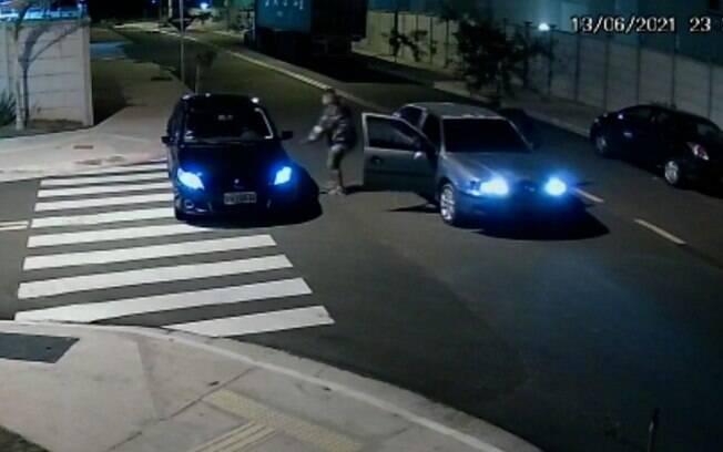 Vídeo: câmera registra roubo de carro em condomínio de Campinas
