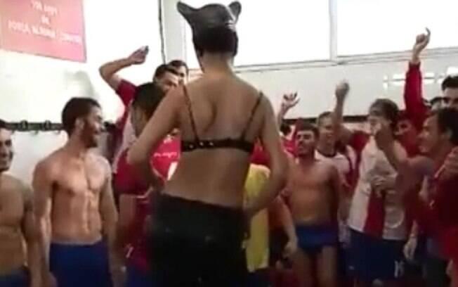 Jogadores do Llançà, clube da Espanha, celebram acesso com stripper no vestiário