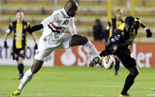 Lance de Strongest e São Paulo. Time  brasileiro saiu derrota por 2 a 1