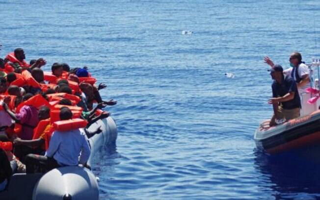 Perto de 1,3 mil imigrantes socorridos durante o fim de semana no Mediterrâneo desembarcaram hoje (4) na Itália