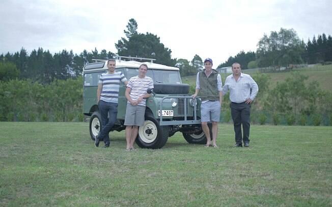 Os quatro amigos da Nova Zelândia e o jipe restaurado