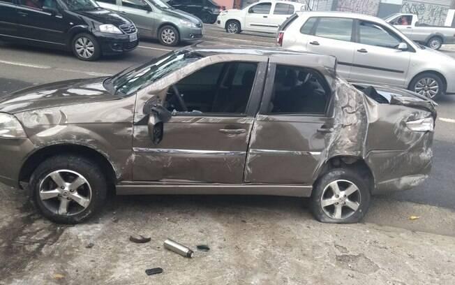 Carro ficou destruído e o suspeito precisou ser socorrido após a forte colisão