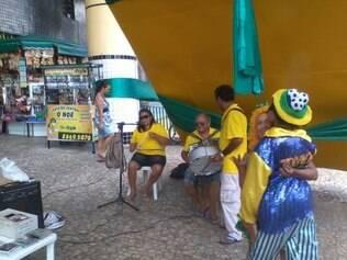 Banda que conta com irmãos deficientes visuais tenta diminuir o prejuízo em frente ao Mercado Central de Fortaleza