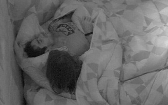 BBB14: Franciele e Cássio esquentam o clima no quarto Sibéria