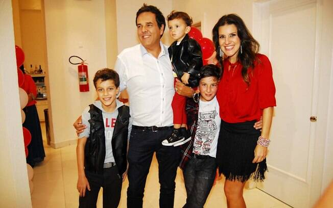 Marco Camargo, a mulher, Fernanda, e os filhos Yann, Enzo e Theo, o aniversariante