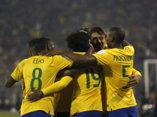 Jogadores da seleção brasileira comemoram o gol de Roberto Firmino contra a Venezuela