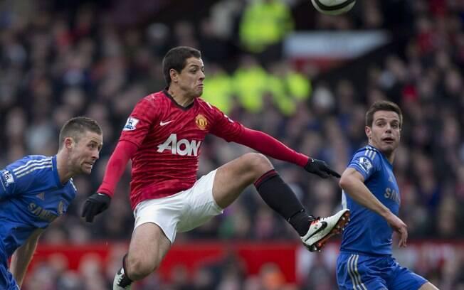 Javier Hernandez, o Chicharito, domina a bola  em ataque do Manchester United