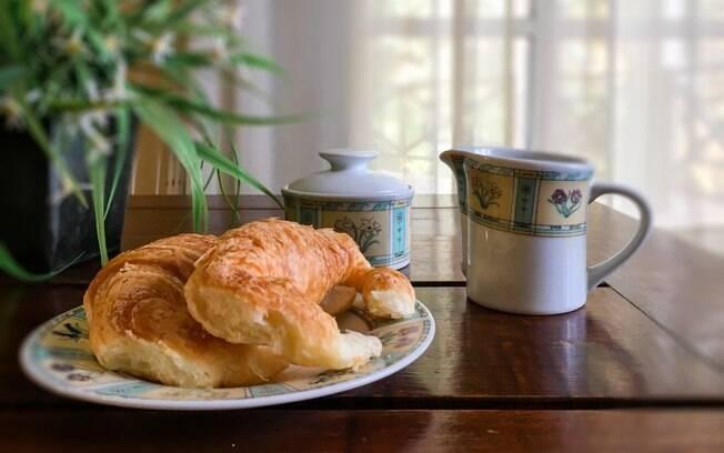 É comum começar o dia provando croissants na Argentina
