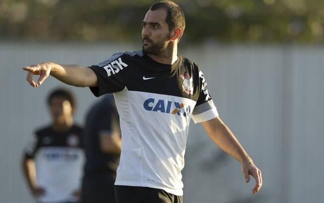 Danilo, do Corinthians, tranquilo no treino
