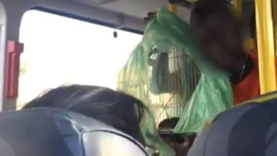 O homem usou o rato para ameaçar os passageiros do ônibus