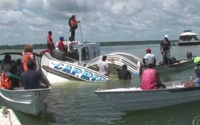 Embarcação que naufragou no Rio Xingu, no Pará, foi ancorada próxima da margem do rio para facilitar as buscas