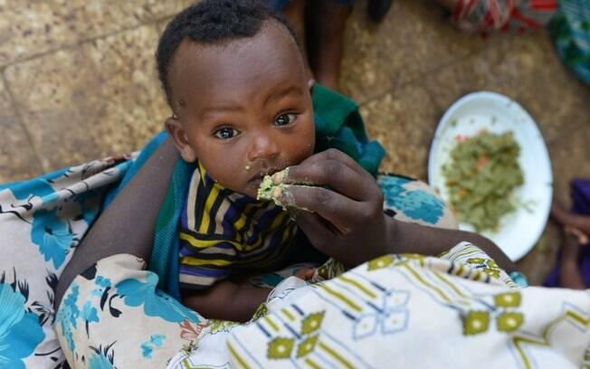 Mulher alimenta filho com mingau nutritivo criado a partir de produtos encontrados em região da Etiópia