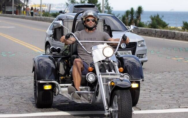 Henri Castelli chega na praia de moto triciclo