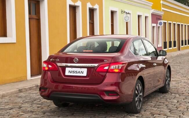 Apesar dos pecados ante os rivais, o Nissan Sentra se mostra uma compra mais assertiva que o compacto Versa
