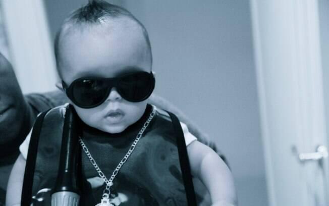 O menino Moroccan fez pose de artista do Rock