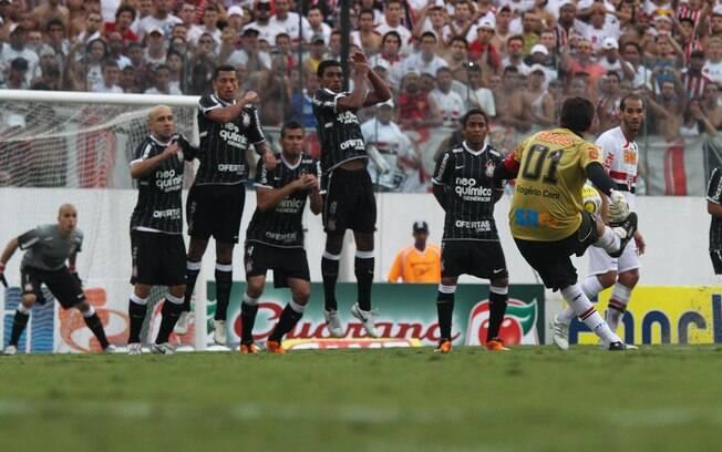 Rogério Ceni cobra falta contra o Corinthians  para marcar o 100º gol da carreira