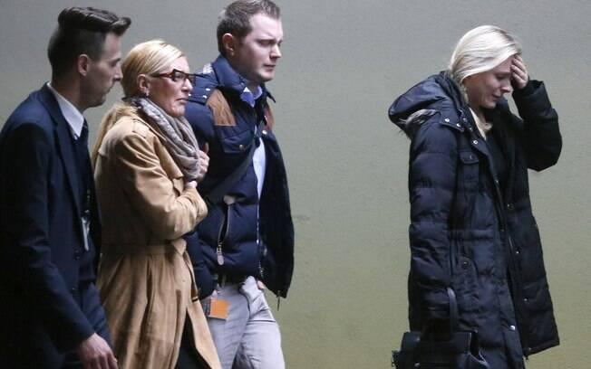 Chorando as pessoas chegam no aeroporto de Duesseldorf, Alemanha, terça-feira, 24 de marco, 2015. Foto: AP