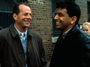 M.Night Shyamalan e Bruce Willis, seu primeiro ator fetiche, nos bastidores do hit