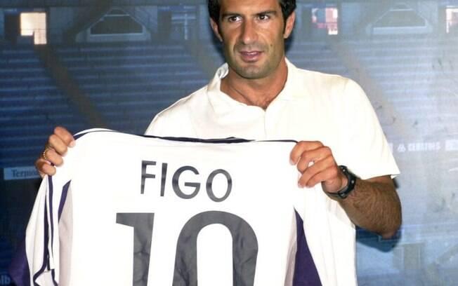 Figo trocou o Barcelona pelo maior rival Real Madrid