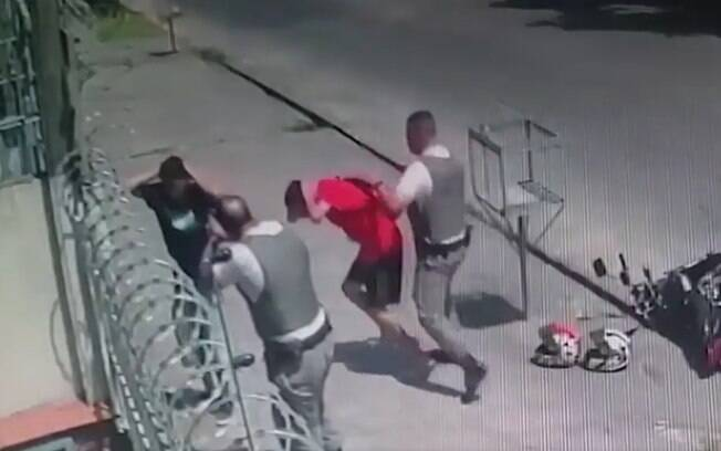 policiais agredindo homens