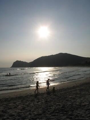 Pôr do sol na Praia do Cambury