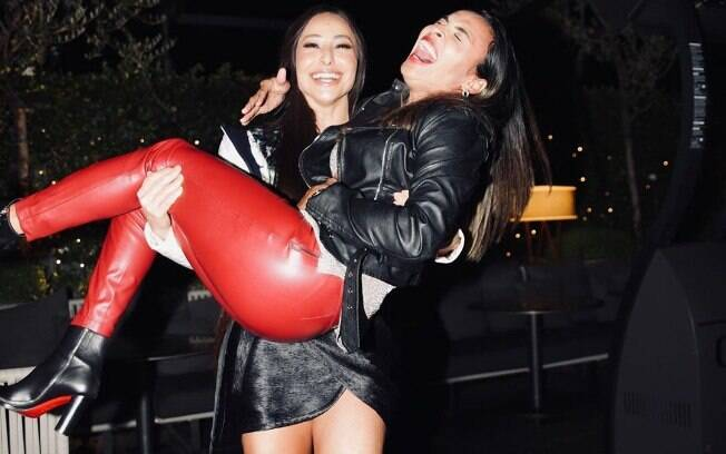 Sabrina Sato carrega Marta no colo