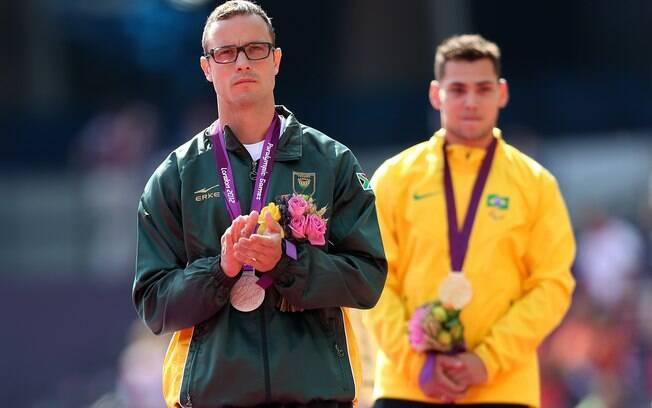 Pistorius recebe a medalha de prata, após ser  superado pelo brasileiro Alan Fonteles nos 200 m  em Londres