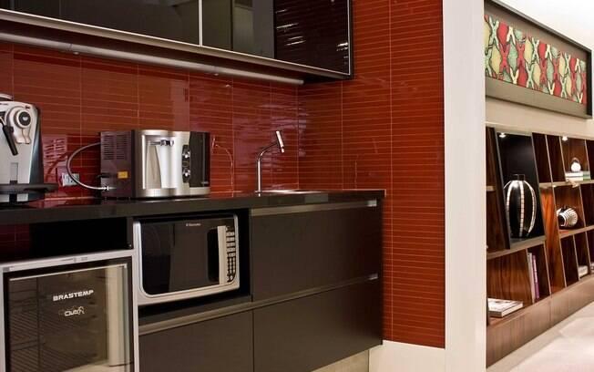 O vermelho vai bem na cozinha, pois aproxima as pessoas e abre o apetite. O projeto é da Ravic Arquitetura e Urbanismo