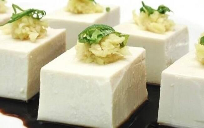 O tofu contém fitoestrogênios, que interferem no crescimento do câncer, principalmente o de mama. Foto: Getty Images