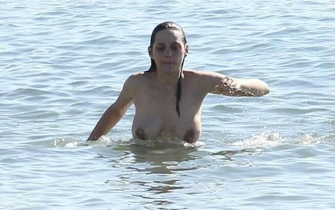 A atriz francesa Marion Cotillard também é adepta do topless