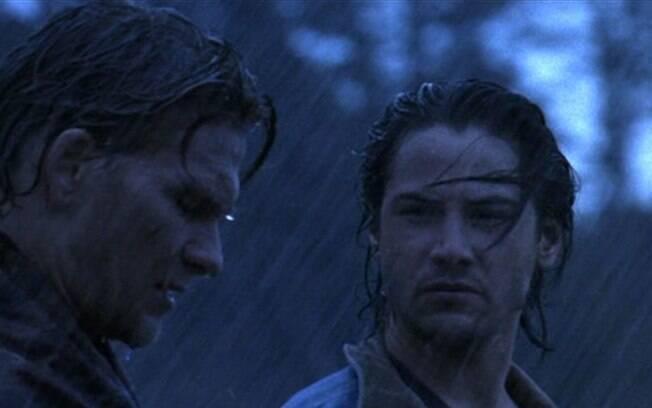 Keanu Reeves ao lado de Patrick Swayze em cena de