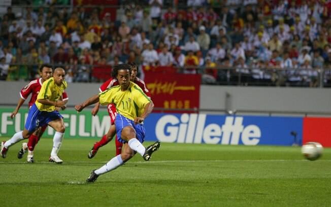 Ronaldinho Gaúcho marca de pênalti contra a  China