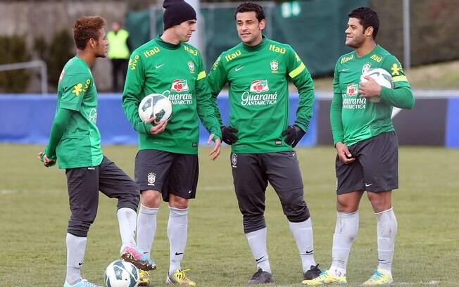 Neymar, Kaká, Fred e Hulk conversam durante  treino da seleção na Suíça