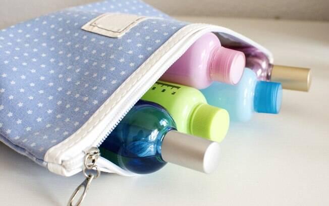 O kit hidratação, na bagagem de mão, evita imprevistos; fique atento à quantidade permitida pelas companhias aéreas