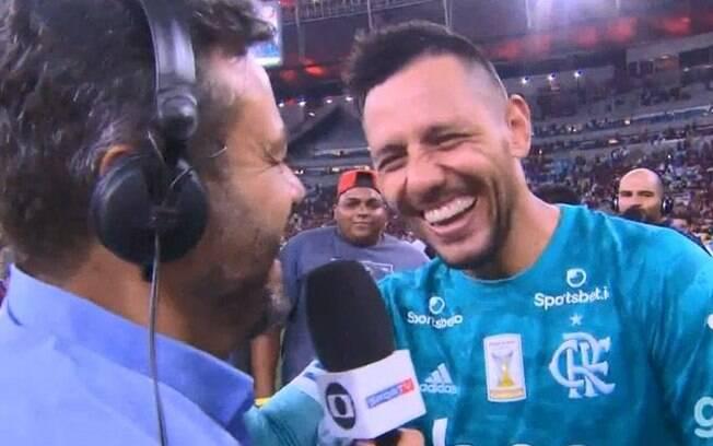 Goleiro Diego Alves colocou Eric Faria em uma saia justa