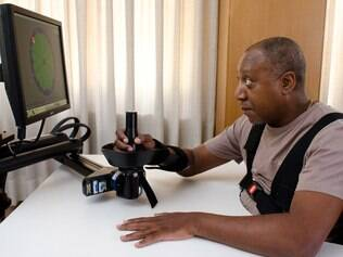Jurandir Souza Barbosa concentrado durante o jogo de realidade virtual. Ferramenta ajuda a manter o braço lesionado ativo