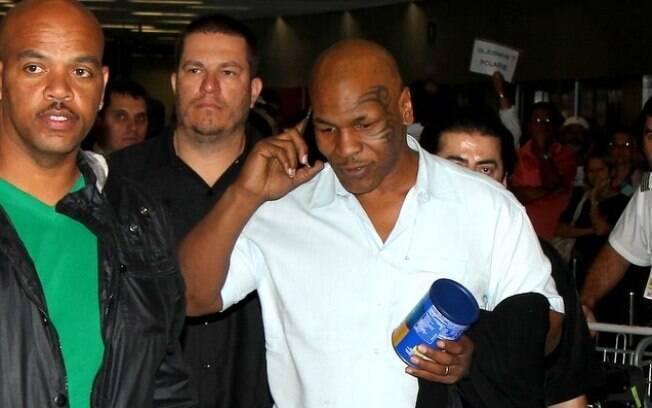 Mike Tyson falando ao telefone no aeroporto internacional do Rio de Janeiro