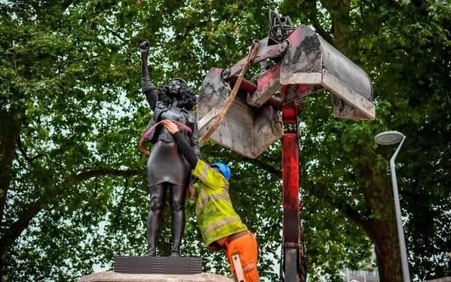 Escultura havia sido colocada sem permissão no local.