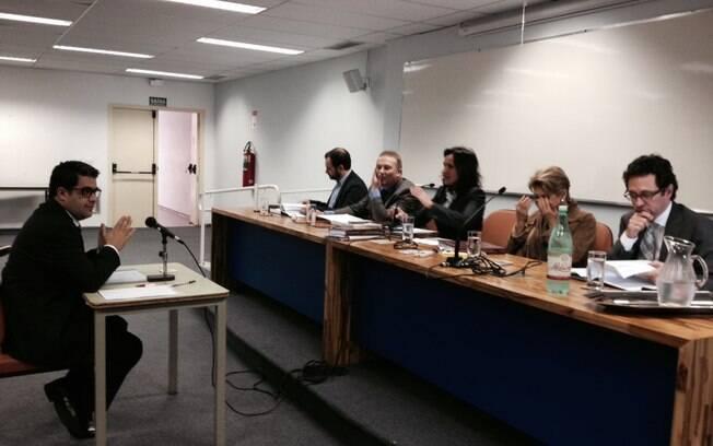 Dimitri Sales defende sua tese na PUC diante da banca formada por Roger Rampp Rios, Andres Gil Dominguez, a coordenadora Flavia Piovesan, Silvia Pimentel e Roberto Dias