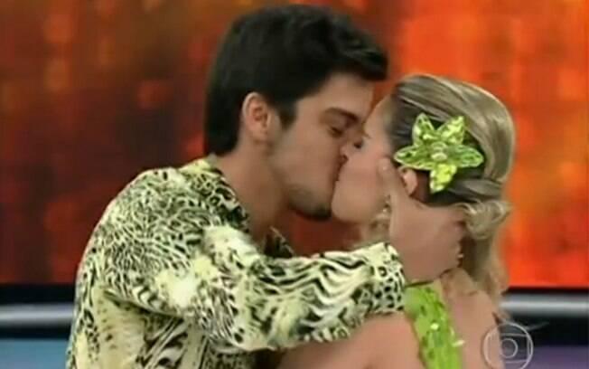 Um dos beijos de Rodrigo Simas e Raquel Guarini durante o