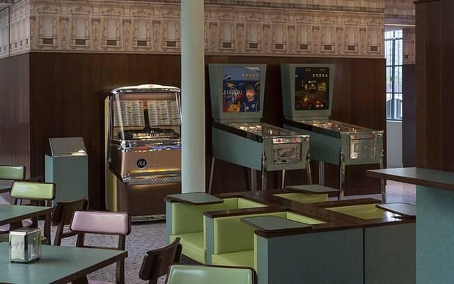 O diretor projetou a decoração do bar pensando em um lugar onde gostaria de passar as tardes planejando seus filmes