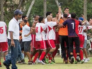 Jogadores e torcedores do CRB comemoram o título da copa