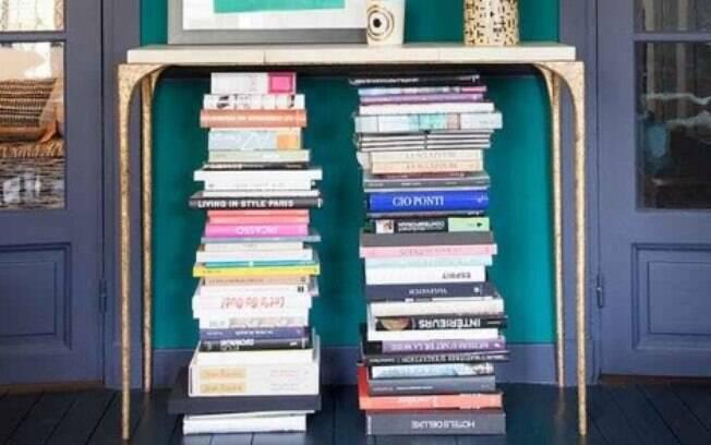 Ganhar espaço colocando livros embaixo da mesa não é uma má ideia. Várias blogueiras estão apostando nisso