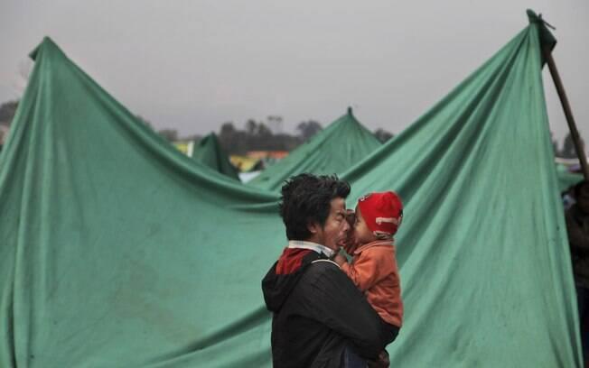Sobrevivente de terremoto brinca com seu filho em Kathmandu, Nepal (28/04)