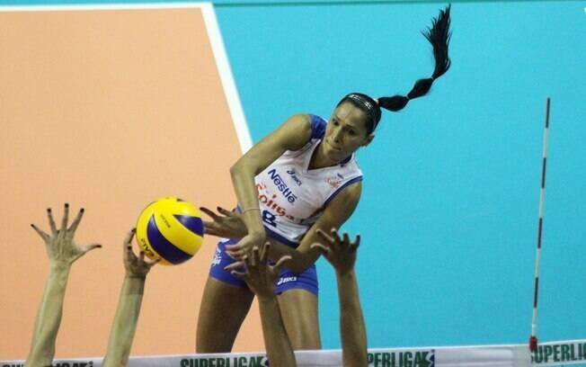 Jaqueline - ponteira - chegou ao time junto  com o novo patrocinador e acabou com a série de  quatro títulos seguidos do Rio de Janeiro